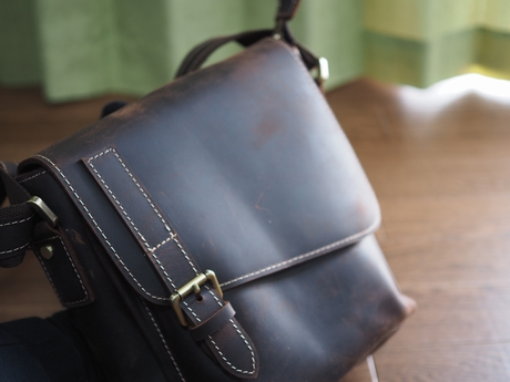 本革のメンズショルダーバッグは厚手のオイルレザー使用で傷を気にせず使えるのアイキャッチ画像
