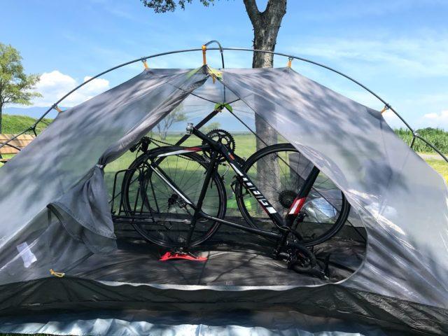 テントの中にロードバイクが入っている画像